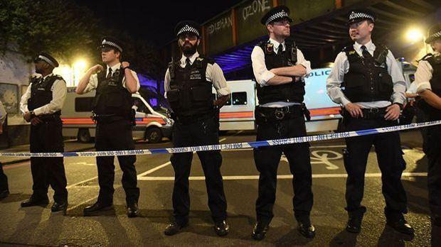 Minivan rast in Fußgänger vor Londoner Moschee