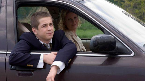 In einer Fernsehshow hat Dylan (Michael Angarano, vorne), der an einer unheil...