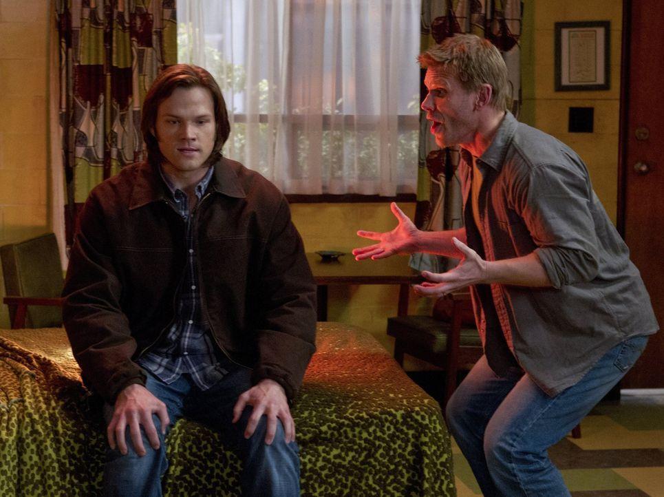 Während die Brüder in einem neuen Fall ermitteln, erscheint Sam (Jared Padalecki, l.) Lucifer (Mark Pellegrino, r.), der ihm klar macht, dass er i... - Bildquelle: Warner Bros. Television