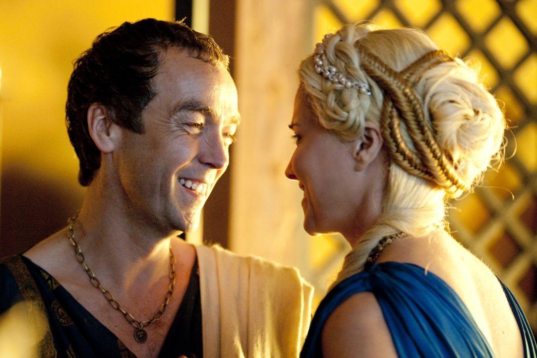 Lucretia (Lucy Lawless, r.), Ehefrau von Batiatus (John Hannah, l.), steht Spartacus nach wie vor kritisch gegenüber, da sie ihn für schwer kontro... - Bildquelle: 2010 Starz Entertainment, LLC