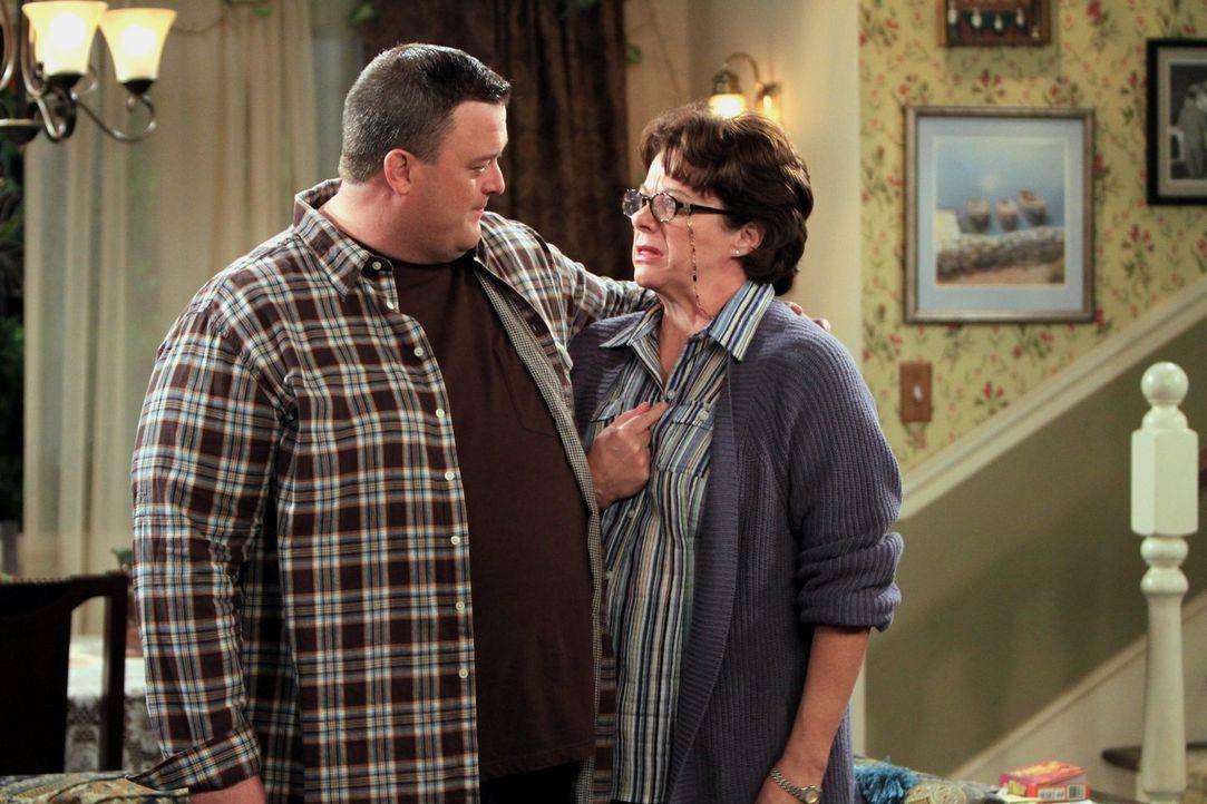 Als Peggy (Rondi Reed, r.) Dennis, einen Mann aus ihrer Kirchengemeinde, einlädt, ist Mike (Billy Gardell, l.) ziemlich beunruhigt, denn er hat Angs... - Bildquelle: 2010 CBS Broadcasting Inc. All Rights Reserved.