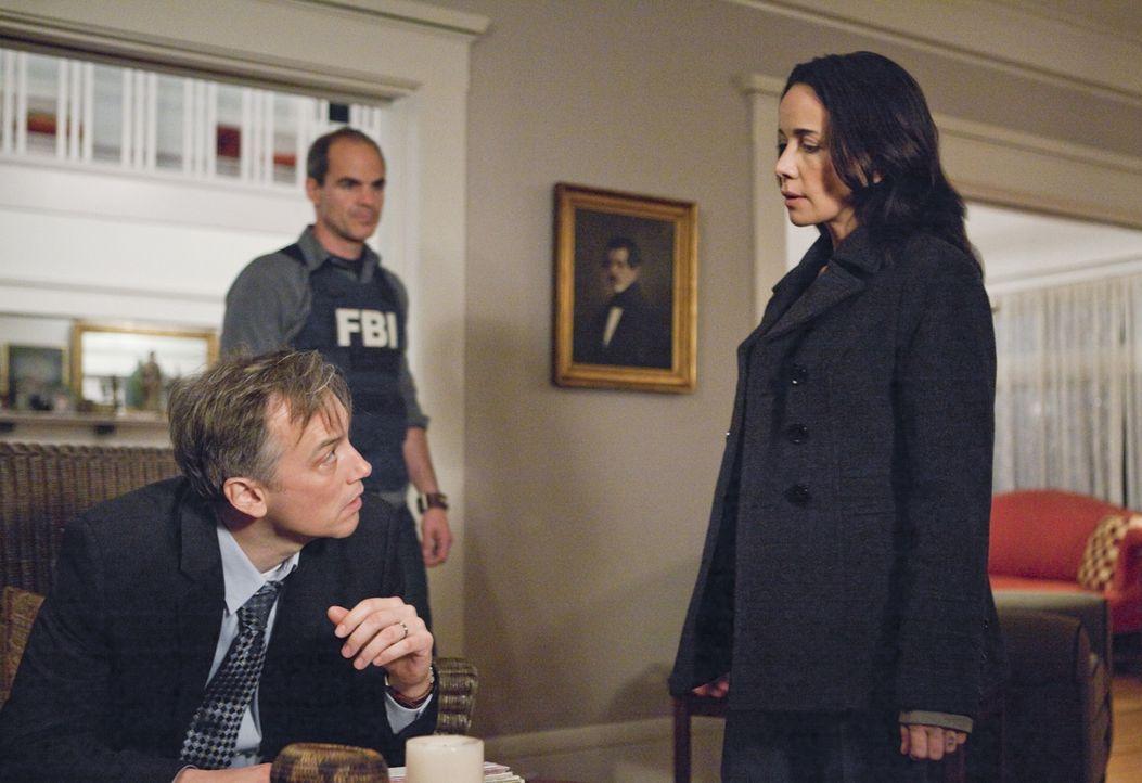 Bei den Ermittlungen in einem neuen Fall, stoßen John (Michael Kelly, M.) und Beth (Janeane Garofalo, r.) auf Grant Nichols (David Aaron Baker, l.).... - Bildquelle: ABC Studios