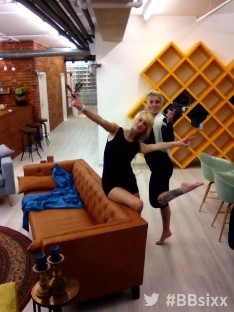 Tag 12: Sharon und Isabell albern herum - Bildquelle: sixx