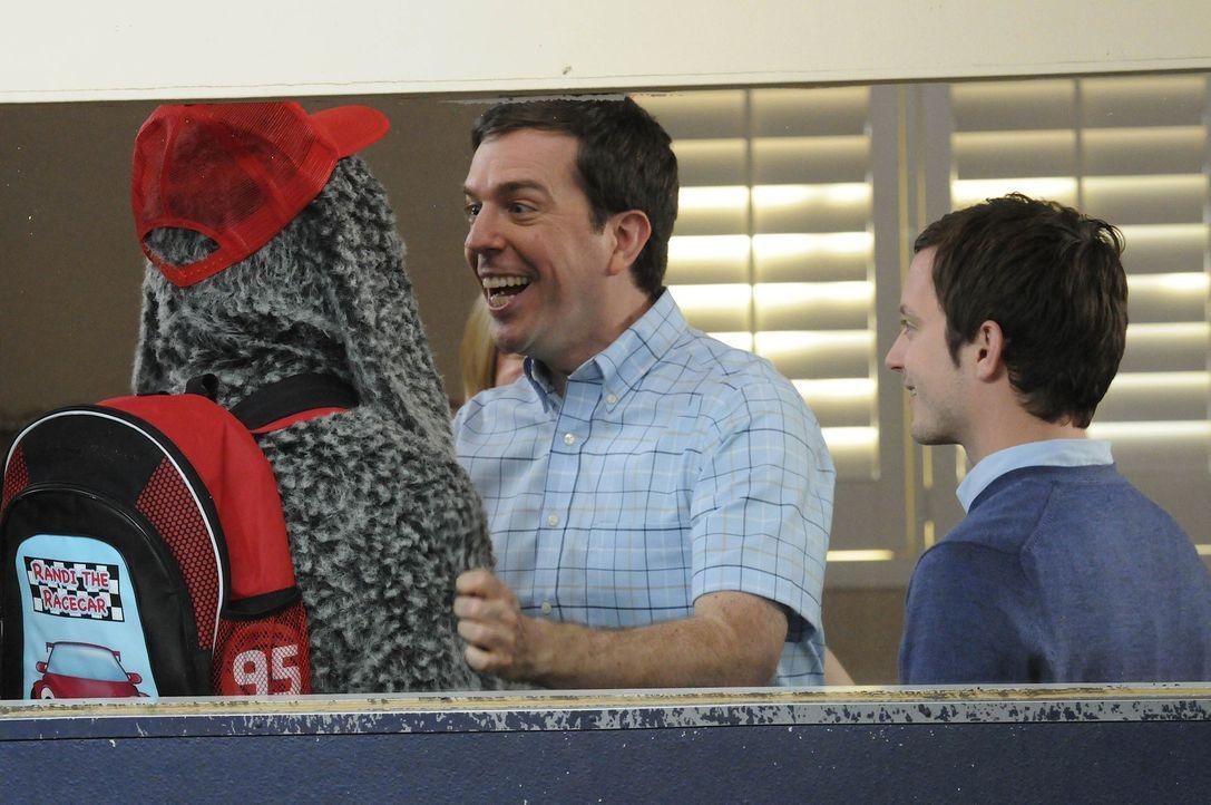 Darryl (Ed Helms, M.) der Hundekindergartenbesitzer verspricht Ryan (Elijah Wood, r.), gut auf Wilfred (Jason Gann, l.) aufzupassen ... - Bildquelle: 2011 FX Networks, LLC. All rights reserved.