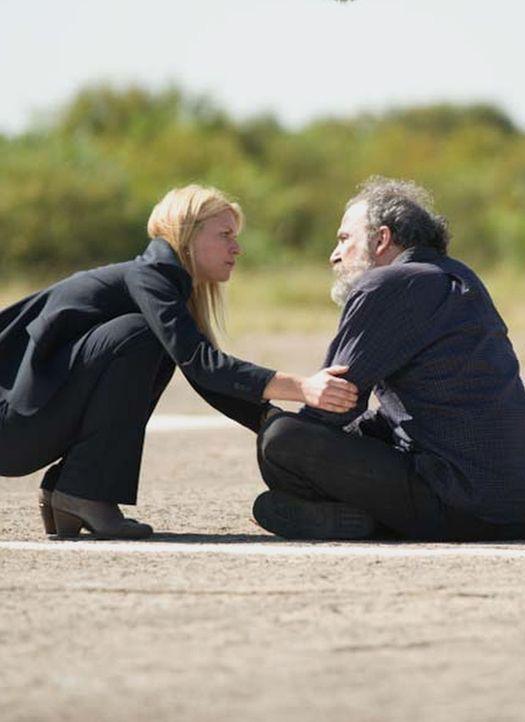 Carrie (Claire Danes, l.) versucht alles, um Saul (Mandy Patinkin, l.) davon zu überzeugen, sich nicht gegen den Austausch zu stellen. Doch wird er... - Bildquelle: 2014 Twentieth Century Fox Film Corporation