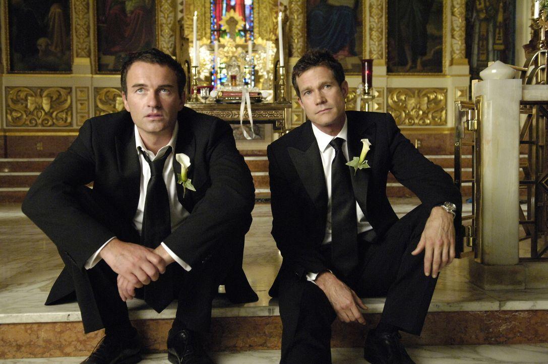 Soll das alles gewesen sein? Christian (Julian McMahon, l.) und Sean (Dylan Walsh, r.) sitzen alleine vorm Altar und sind zutiefst bestürzt ... - Bildquelle: TM and   2005 Warner Bros. Entertainment Inc. All Rights Reserved.