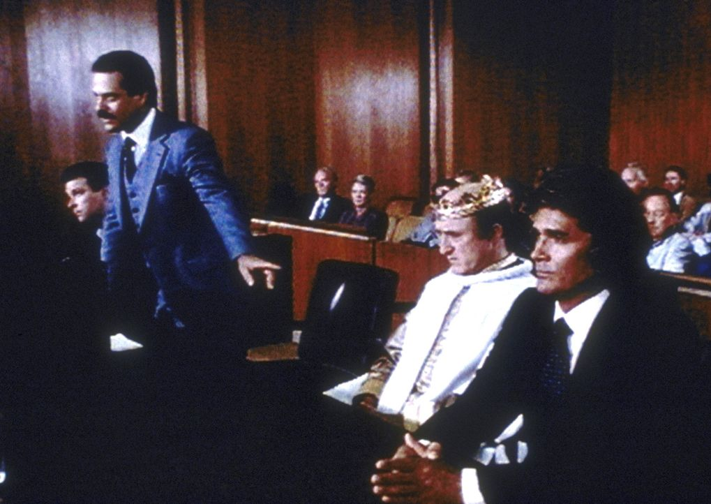 Der gegnerische Anwalt versucht zu verhindern, dass Jonathan (Michael Landon, r.) die Verteidigung des geistig verwirrten Arthur Krock (Ron Moody, 2... - Bildquelle: Worldvision Enterprises, Inc.