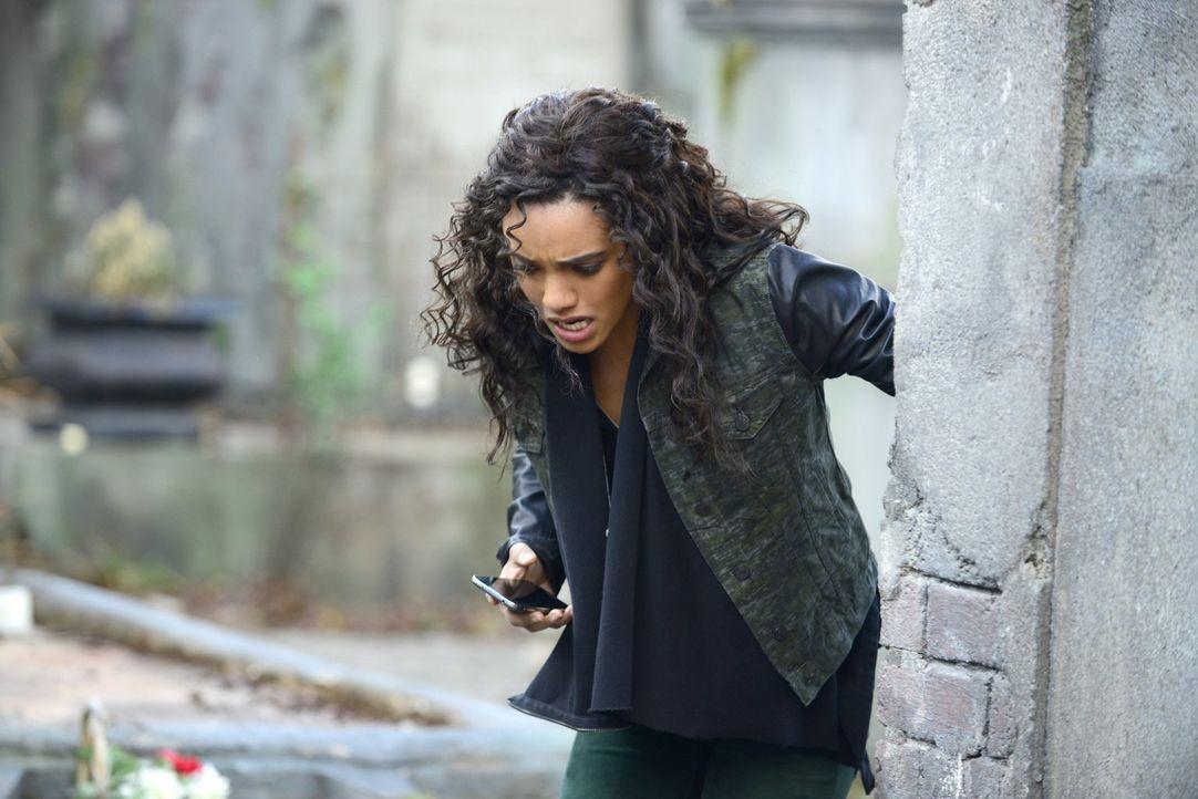 Ist es bereits zu spät, als Rebekah (Maisie Richardson-Sellers) erkennt, dass der Körper in dem sie lebt, die Kontrolle übernehmen will? - Bildquelle: Warner Bros. Entertainment, Inc