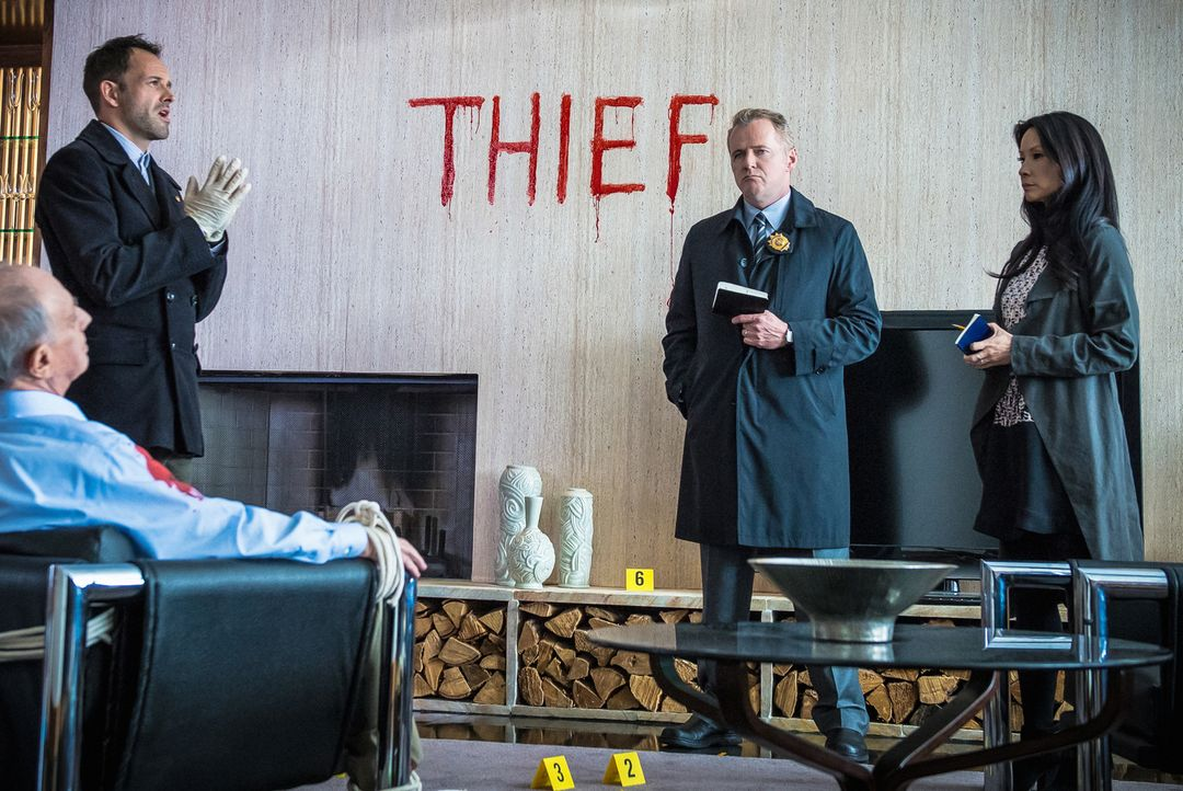 Anders als Capt. Gregson (Aidan Quinn, 2.v.l.) und Dr. Watson (Lucy Liu, r.) glaubt Sherlock Holmes (Jonny Lee Miller, 2.v.l.) nicht daran, dass Fin... - Bildquelle: CBS Television