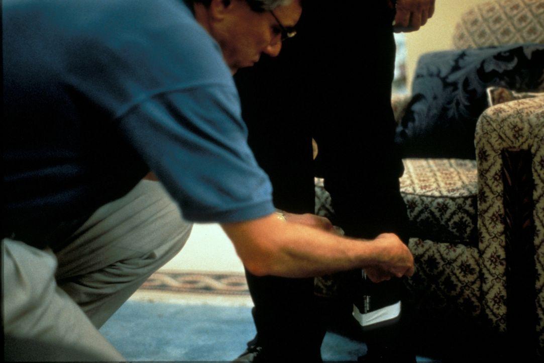 Im Februar 1996 fliegt der Millionär Frank Black nach Florida, um kurz vor seinem Ruhestand noch das Geschäft seines Lebens abzuschließen. Er kehrt... - Bildquelle: New Dominion Pictures, LLC