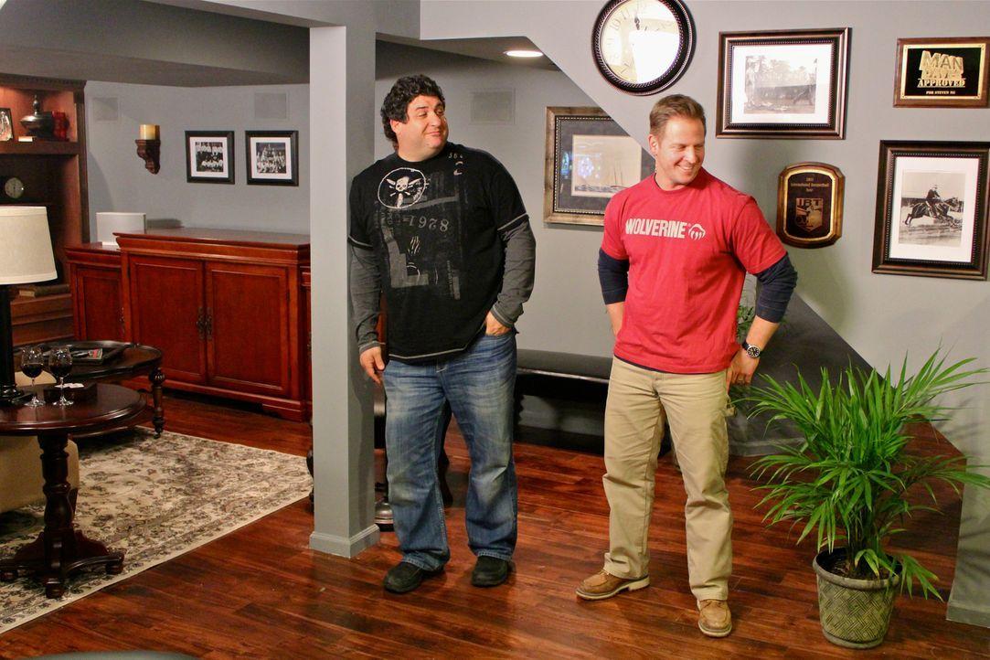 Wenn echte Kerle ihren eigenen Rückzugsort im Haus benötigen, sind Tony Siragusa (l.) und Jason Cameron (r.) zur Stelle und bauen originelle Männerr... - Bildquelle: DIY Network/Scripps Networks, LLC. All Rights Reserved.