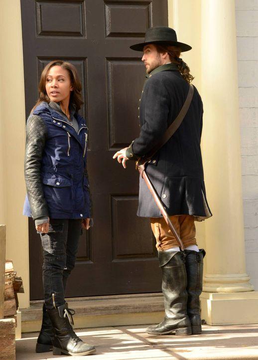 Als Abbie (Nicole Beharie, l.) Ichabod (Tom Mison, r.) vor dem Tod rettet, verändert sie die gesamte Zukunft und zieht die Wut von Katrina auf sich... - Bildquelle: 2014 Fox and its related entities. All rights reserved.