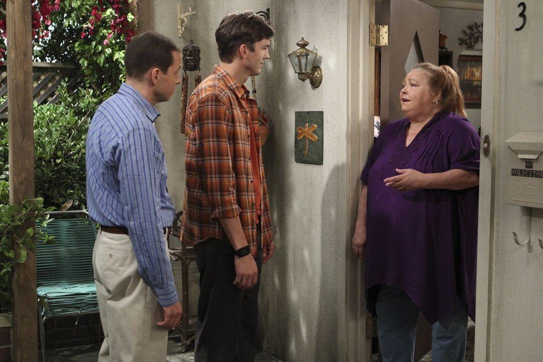 Nach mehreren fehlgeschlagenen Versuchen, eine Haushälterin zu finden, wollen Alan (Jon Cryer, l.) und Walden (Ashton Kutcher, M.) Berta (Conchata F... - Bildquelle: Warner Brothers