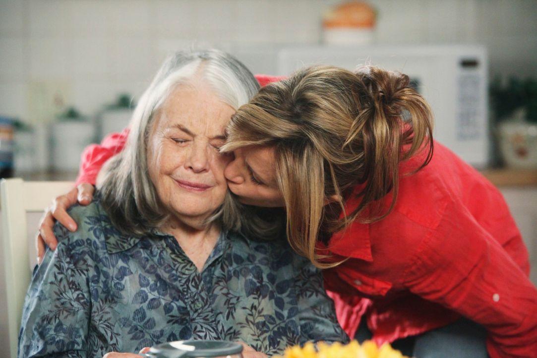 Nach und nach, kann sich Lynette (Felicity Huffman, r.) mit dem Gedanken abfinden, dass ihre Schwiegermutter Alysson (Lois Smith, l.) ihr als Babysi... - Bildquelle: ABC Studios