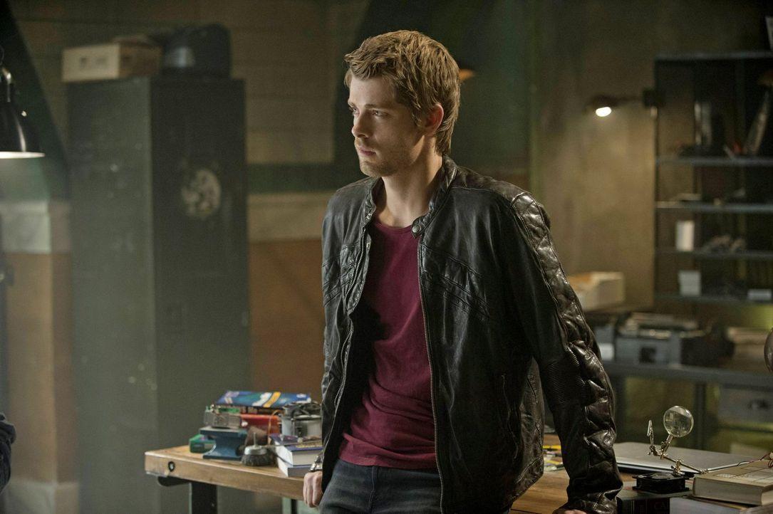 Während John (Luke Mitchell) sich große Sorgen um Cara macht, versucht diese verzweifelt ihre Vergangenheit zu verdrängen ... - Bildquelle: Warner Bros. Entertainment, Inc
