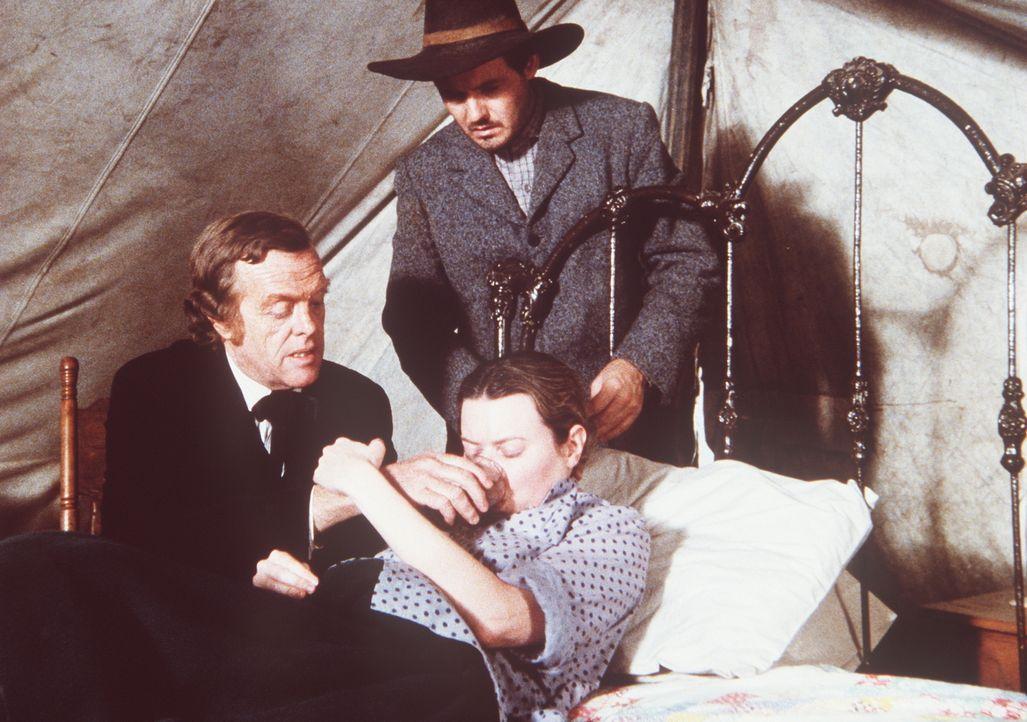 Sherman Andruss (Dennis Lipscomb, r.) ist sehr besorgt um seine kranke Frau Helen (Judith Weston). Dr. Baker (Kevin Hagen, l.) versucht, ihn zu beru... - Bildquelle: Worldvision