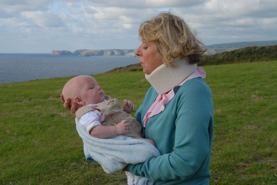 Um Mrs. Tishell (Selina Cadell) dazu zu bringen, seinen Sohn herauszurücken, erklärt Martin ihr seine vermeintliche Liebe - und erkennt so, wen er w... - Bildquelle: BUFFALO PICTURES/ITV