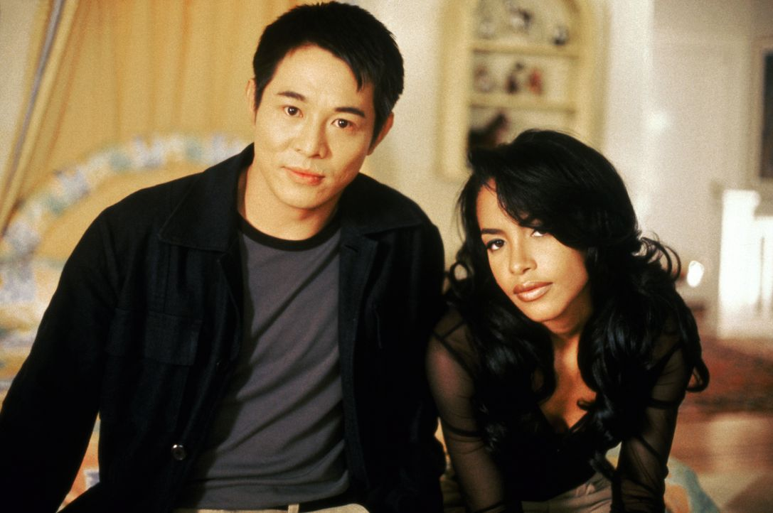 Da Han (Jet Li, l.) und Trish (Aaliyah, r.) mit den illegalen Aktivitäten ihrer Familien nichts zu tun haben wollen, beschließen sie, die Morde an H... - Bildquelle: Warner Bros. Pictures