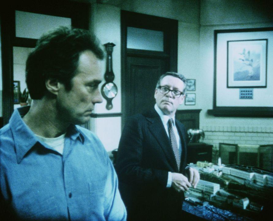 Dem Direktor (Patrick McGoohan, r.) ist der neue Gefangene und als notorischer Ausbrecherkönig bekannte Morris (Clint Eastwood, l.) ein Dorn im Auge... - Bildquelle: Paramount Pictures
