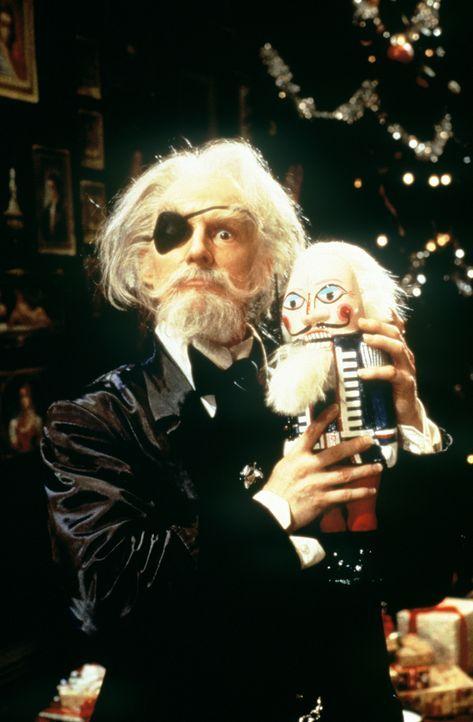 Drosselmeyer (Bart Robinson Cook) schenkt seiner Patentochter Marie einen ganz besonderen Nussknacker zu Weihnachten ...