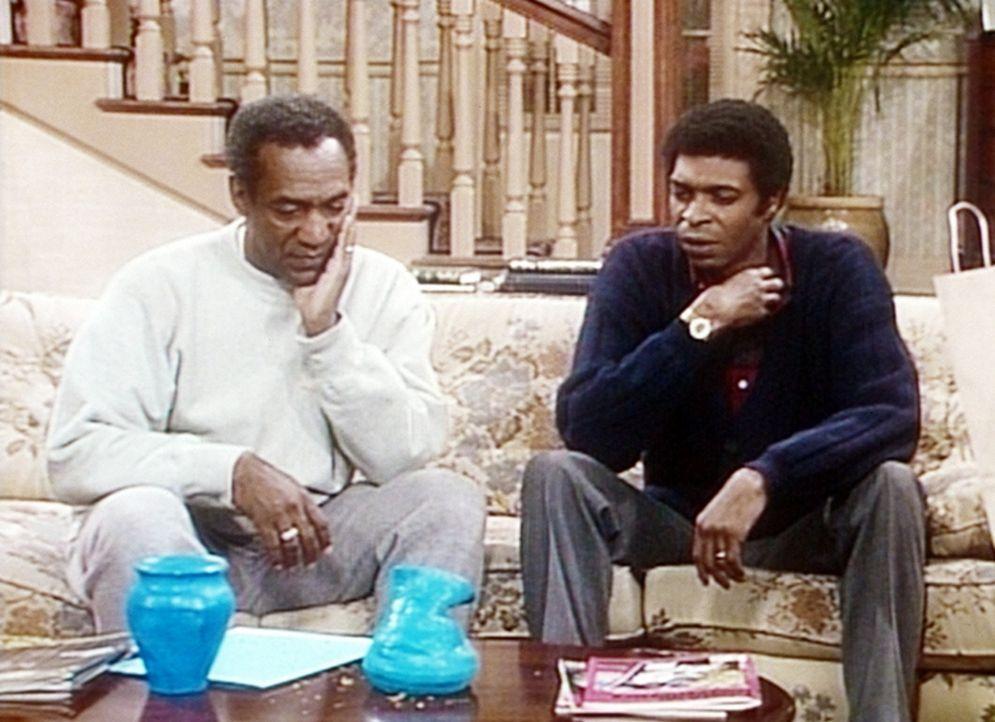 Cliff (Bill Cosby, l.) und Dr. Morgan (Samuel E. Wright, r.) betrachten sich die Ergebnisse des Töpferkurses, den Clair und Denise besuchen. - Bildquelle: Viacom