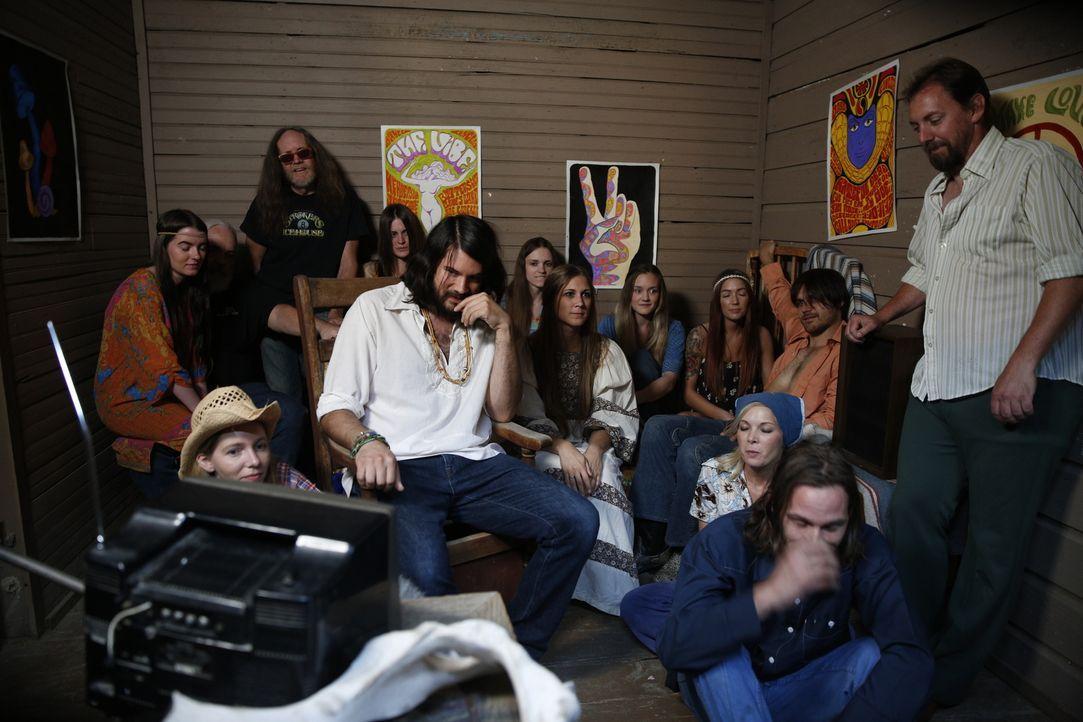 Im Jahr 1969 fallen neun Menschen dem getriebenen Sektenführer Charles Manson (vorne 2.v.l.) zum Opfer. Gemeinsam mit dessen meist weiblichen Anhäng... - Bildquelle: 2016 AMS Pictures. All Rights Reserved