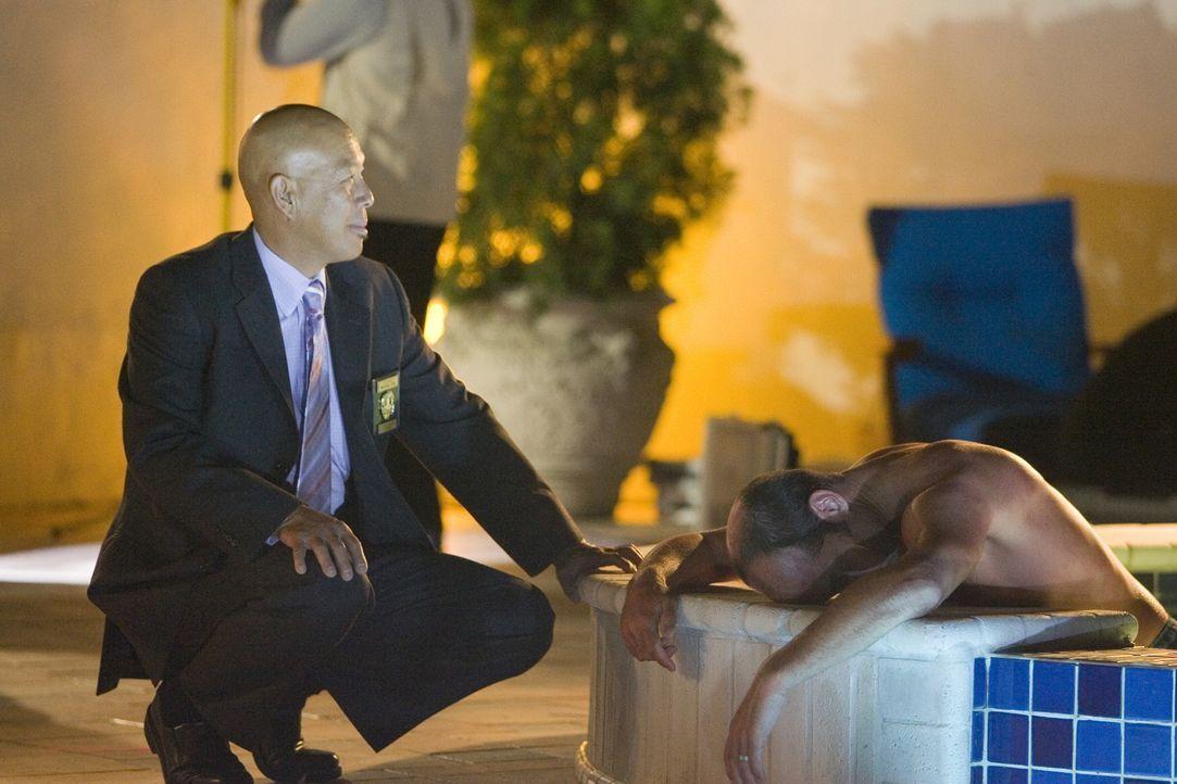 Bei den Ermittlungen am Tatort: Det. Mike Tao (Paul Chan) ... - Bildquelle: Warner Brothers