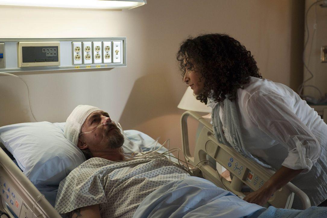 Chibs (Tommy Flanagan, l.) bekommt im Krankenhaus überraschend Besuch von seiner Frau Fiona (Bellina Logan, r.) ... - Bildquelle: 2009 Twentieth Century Fox Film Corporation and Bluebush Productions, LLC. All rights reserved.