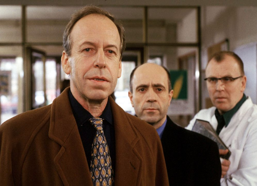 Staatsanwalt Fried (Gerd Wameling, M.) besucht nach der offiziellen Vernehmung nochmals Prof. Stahnke (Rüdiger Vogel, l.) in dessen Institut, um zu... - Bildquelle: Kiermeir Sat.1