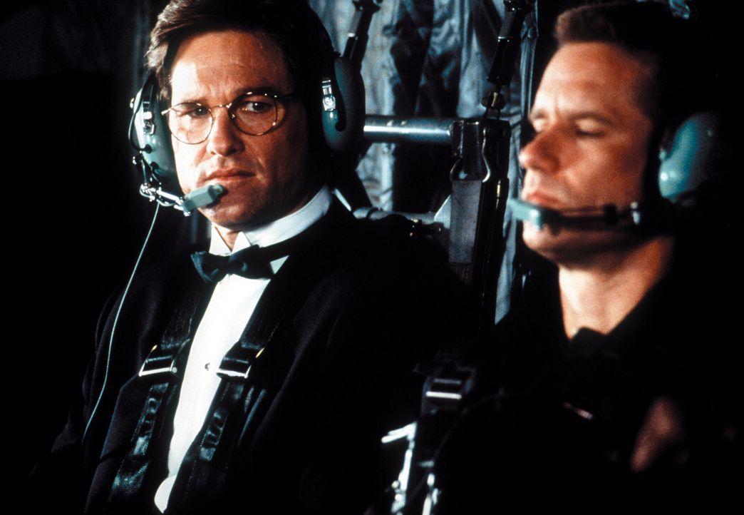 In einer wahnwitzigen Aktion und mit Hilfe eines umgerüsteten Stealth-Bombers gelangen David Grant (Kurt Russell, l.) und Sergeant Baker (Whip Huble... - Bildquelle: Warner Bros. Pictures