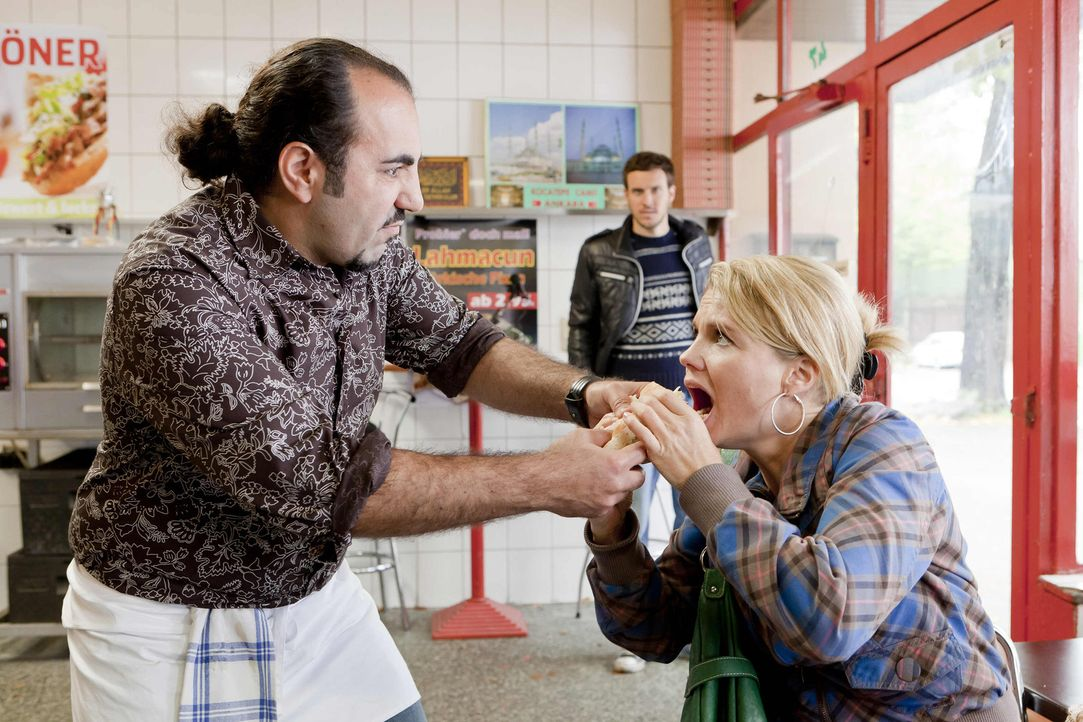 Da sich Danni (Annette Frier, r.) für Thorsten (Tobias van Dieken, M.) einsetzt, der von Mesut (Adnan Maral, l.) nicht eingestellt wird, da er Deut... - Bildquelle: SAT.1