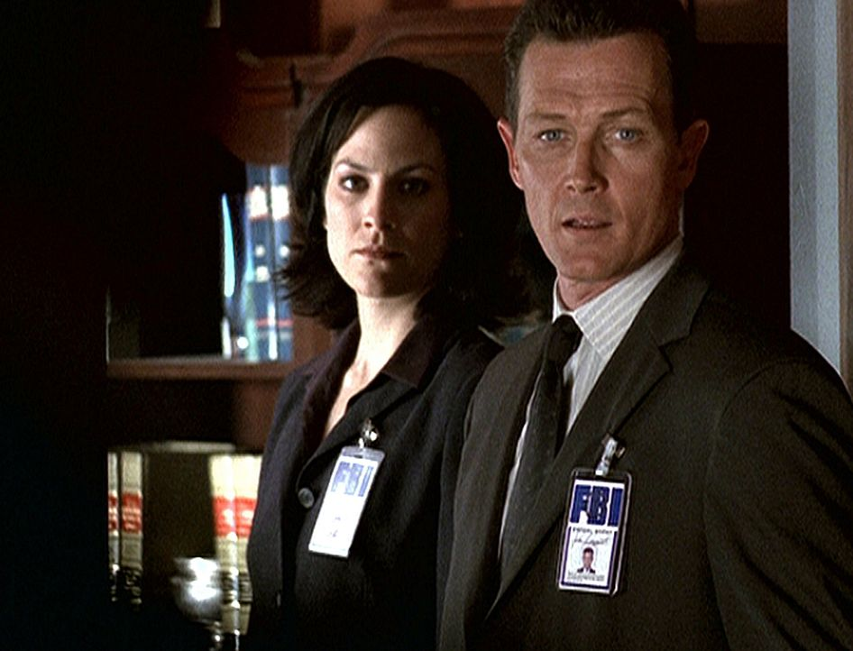 Agentin Monica Reyes (Annabeth Gish, l.) und Doggett (Robert Patrick) schmieden einen Plan, um Scully möglichst schnell weit außerhalb Washingtons i... - Bildquelle: TM +   2000 Twentieth Century Fox Film Corporation. All Rights Reserved.