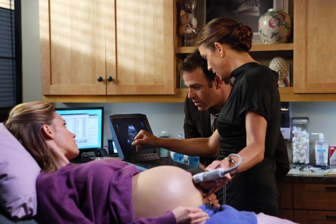 Während es Probleme bei Charlotte (KaDee Strickland, l.) in der Schwangerschaft gibt und Addison (Kate Walsh, r.) und Cooper (Paul Adelstein, M.) a... - Bildquelle: ABC Studios