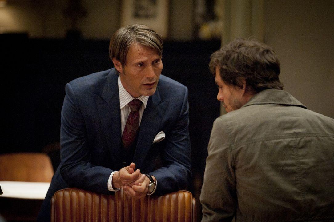 Dr. Hannibal Lecter (Mads Mikkelsen, l.) warnt Will Graham (Hugh Dancy, r.) eindringlich, seine Fähigkeiten nicht zu oft einzusetzen, da diese sein... - Bildquelle: 2012 NBC Universal Media, LLC