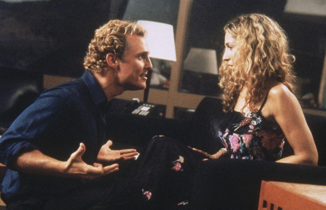 Carrie (Sarah Jessica Parker, r.) wird von Matthew McConaugheys (Matthew McConaugheys, l.) wirrer Vorstellung, ihre  Kolumne zu verfilmen, völlig  - Bildquelle: Paramount Pictures