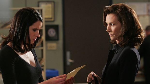 Elizabeth Prentiss (Kate Jackson, r.) bittet ihre Tochter Emily (Paget Brewst...