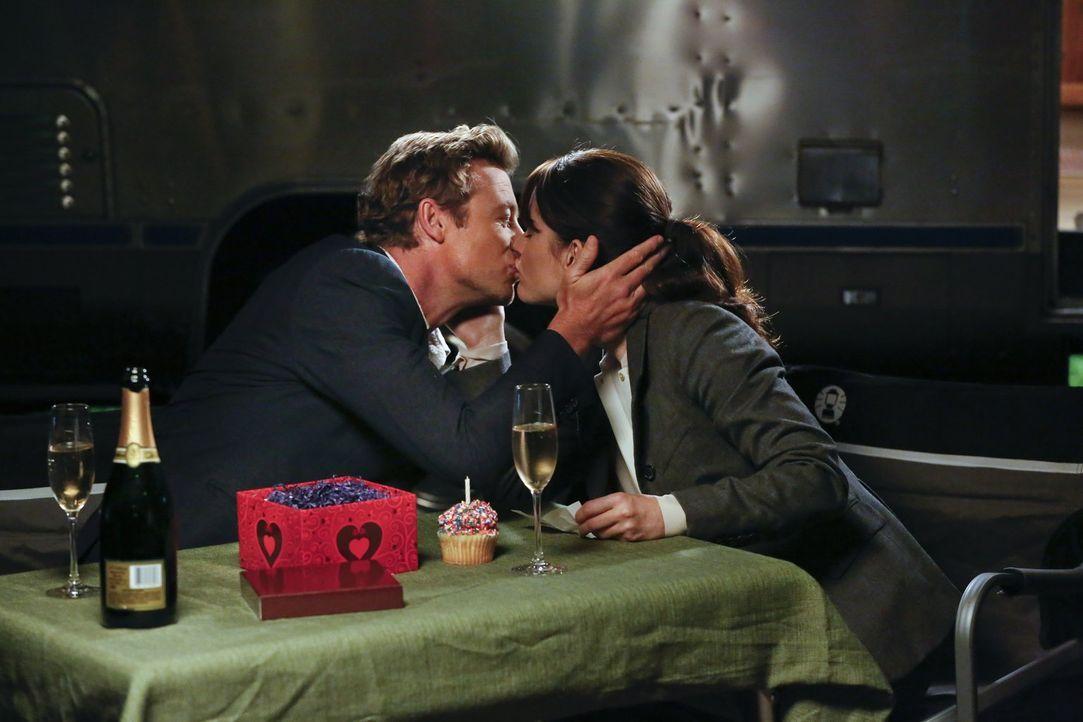 Sind glücklich miteinander: Teresa Lisbon (Robin Tunney, r.) und Patrick Jane (Simon Baker, l.) ... - Bildquelle: Warner Bros. Television