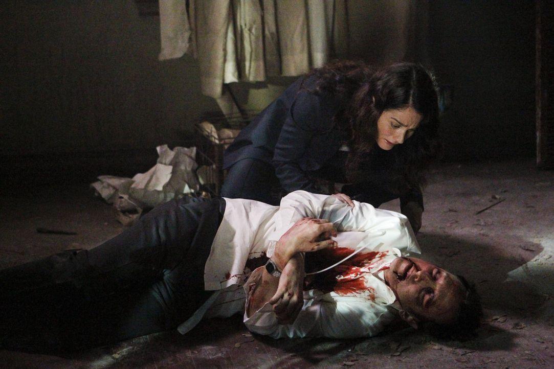 Gemeinsam mit auf Patrick Jane untersucht Teresa Lisbon (Robin Tunney, hinten) einen Mord an einem Mann, der zwei Jahre als vermisst galt ... - Bildquelle: Warner Bros. Television