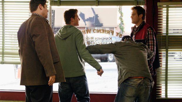 Die Überraschung von Owen (Brad William Henke, l.), Nick (Bryan Greenberg, 2....