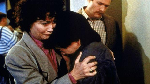 Schweren Herzens müssen sich Barbara (Michele Marsh, l.) und Howard Hopkins (...
