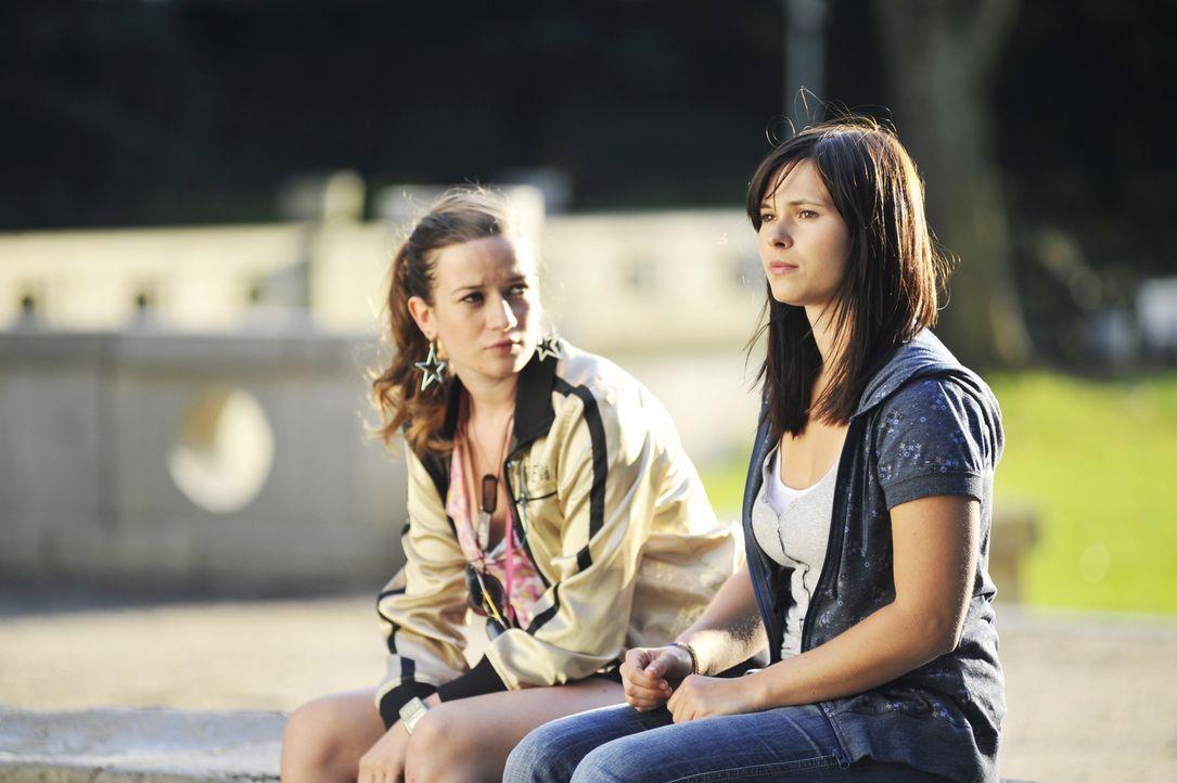 Als beste Freundin versucht Nike (Nina Gummich, l.) alles, um der bodenständigen Lila (Anna Fischer, r.) zu helfen, mit der außergewöhnlichen Situat... - Bildquelle: Disney