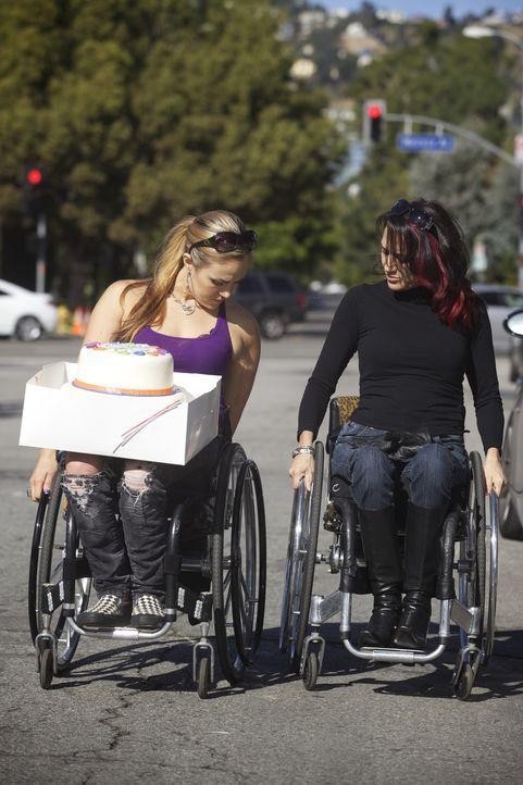 Angela feiert heute ihren zweiten Geburtstag: Zehn Jahre sind seit ihrem Unfall vergangen. Auti (r.) und Tiphany (l.) wollen sie mit einer Torte üb... - Bildquelle: Sundance Channel