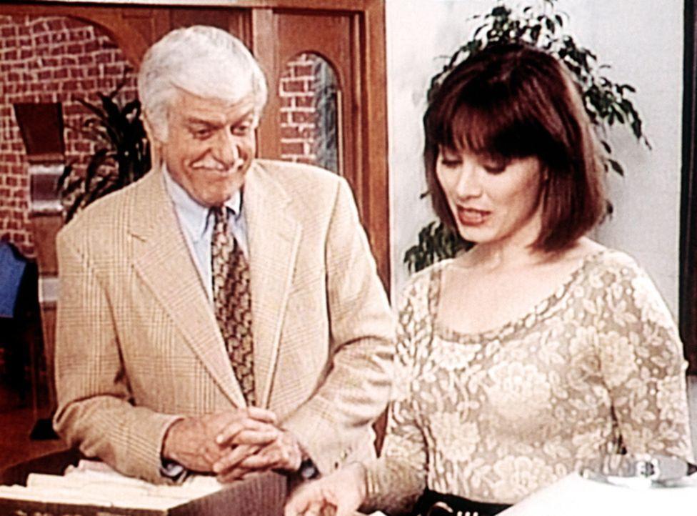 Barbara (Kim Johnston Ulrich, r.), die Frau des verstorbenen Mark Gordon, gehört auch zum Kreis, die Dr. Sloan (Dick Van Dyke, l.) verdächtigt. - Bildquelle: Viacom