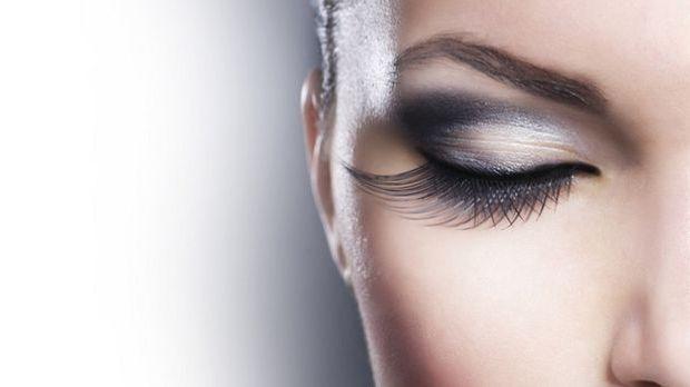 So schminkt ihr den Metallic-Look mit glänzenden und glitzernden Farbtönen wi...