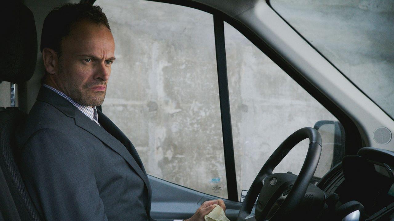 Sherlock Holmes (Jonny Lee Miller) ist auf der Suche nach einer Plutoniumlieferung, die zum Bau einer Bombe verwendet werden könnte ... - Bildquelle: 2017 CBS Broadcasting Inc. All Rights Reserved.