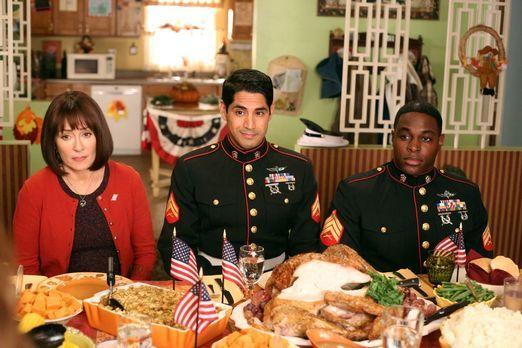 The Middle - Weil Frankie (Patricia Heaton, l.) an Thanksgiving eine gute Tat...
