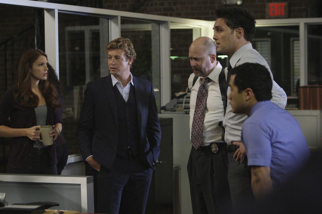 Versuchen einen Mordfall aufzuklären: Grace Van Pelt (Amanda Righetti, l.), Patrick Jane (Simon Baker, 2.v.l.), Sam Bosco (Terry Kinney, M.), Wayne... - Bildquelle: Warner Bros. Television
