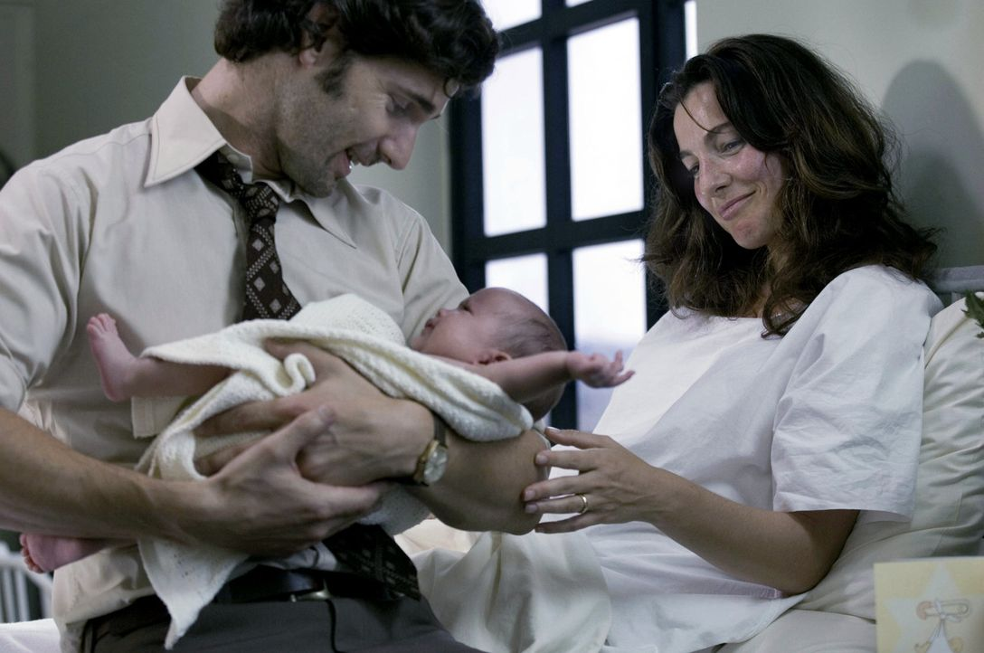 Überglücklich schließt der Geheimdienstoffizier Avner (Eric Bana, l.) sein neugeborenes Kind in die Arme. Doch schon bald soll er seine Frau Daphna... - Bildquelle: 2005 UNIVERSAL STUDIOS and DREAMWORKS LLC.