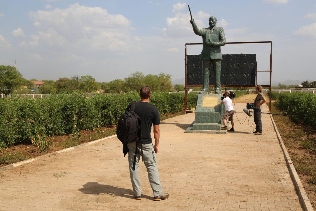 Reporter Tom Waes (l.) macht sich auf den Weg in den Südsudan - einen Ort, um den der Pauschaltourist einen Riesenbogen macht. Dort erlebt er unglau... - Bildquelle: 2013 deMENSEN
