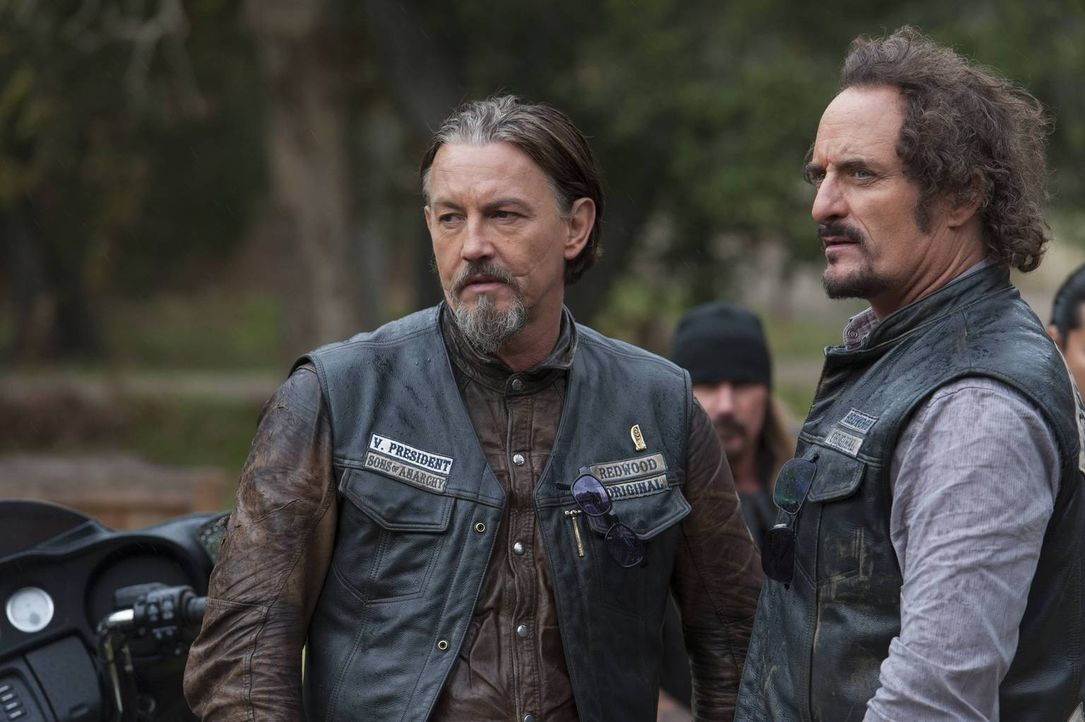 Stehen hinter Jax, auch wenn dessen Spiel mit den Iren und der chinesischen Gang viele Opfer fordert: Chibs (Tommy Flanagan, l.) und Tig (Kim Coates... - Bildquelle: 2013 Twentieth Century Fox Film Corporation and Bluebush Productions, LLC. All rights reserved.